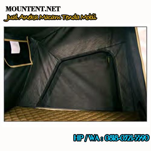 Tampilan dalam tenda mobil dan matras